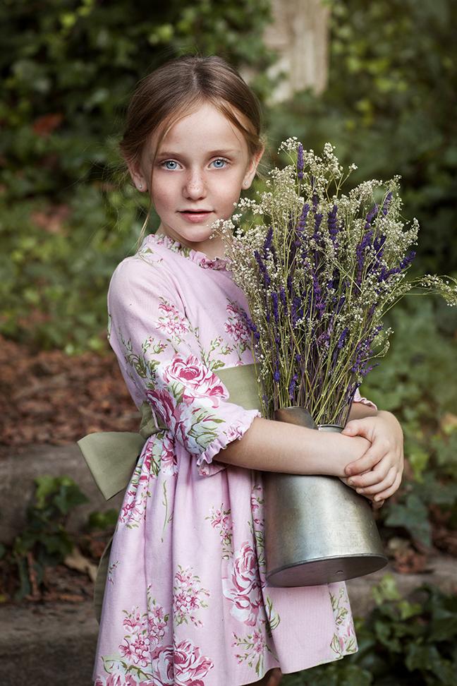 Foto de niña con flores