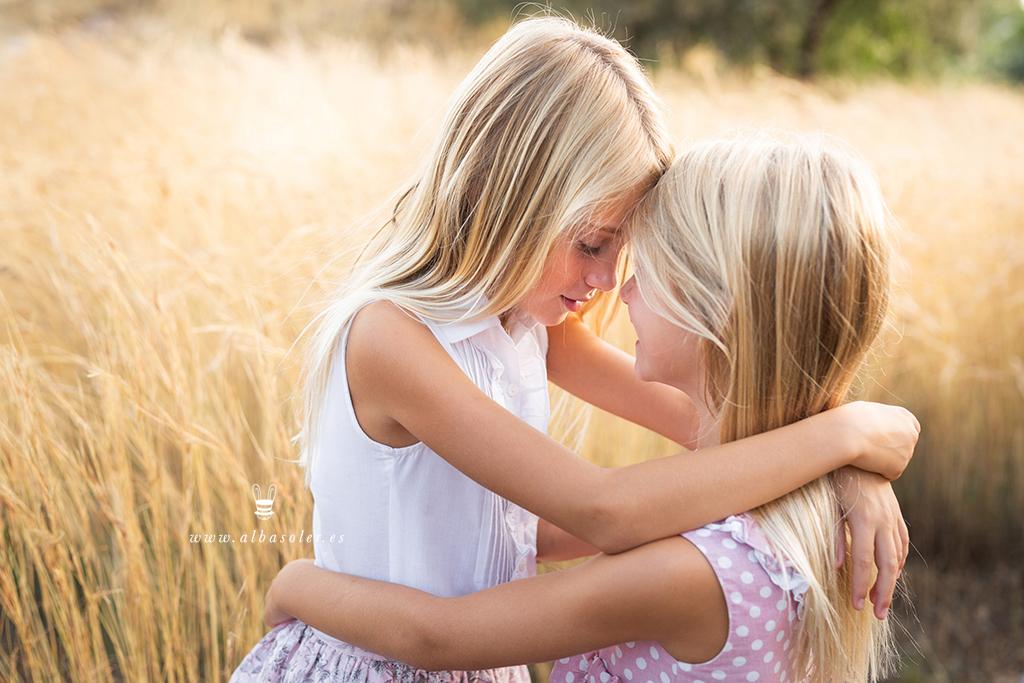 Sesión de fotos en el campo de hermanas