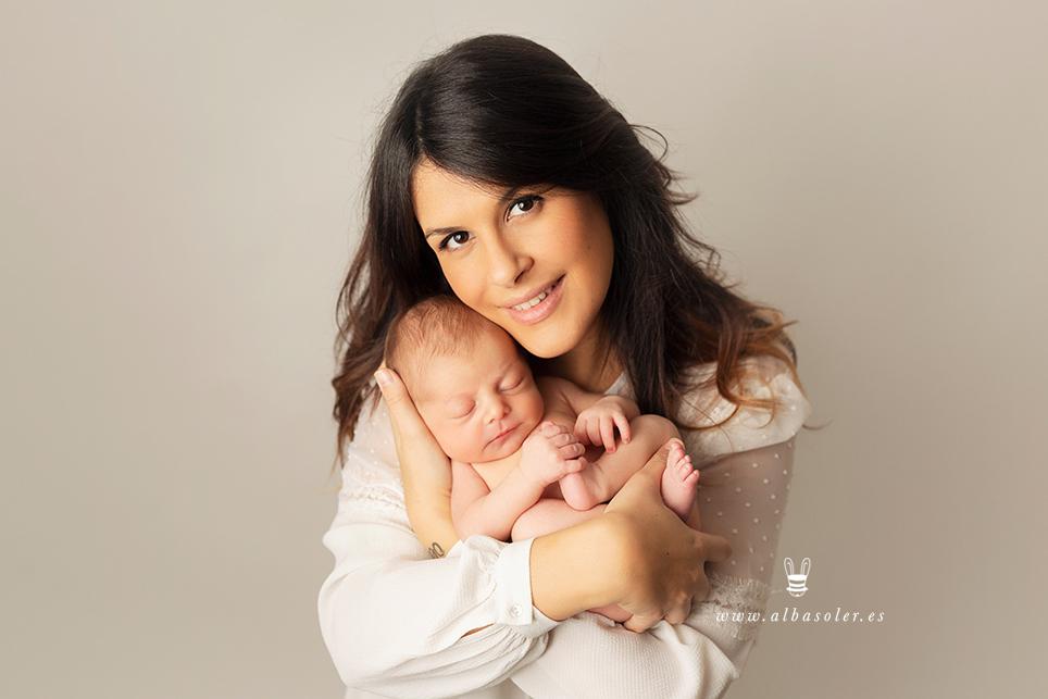 foto de newborn con su madre