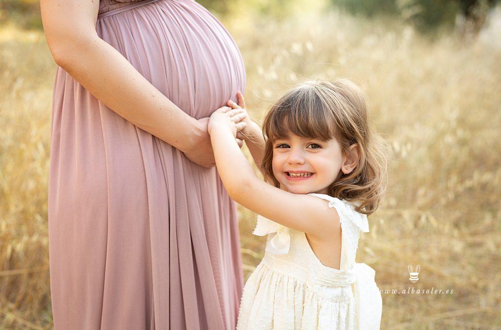 Fotografía de embarazada en familia en el campo