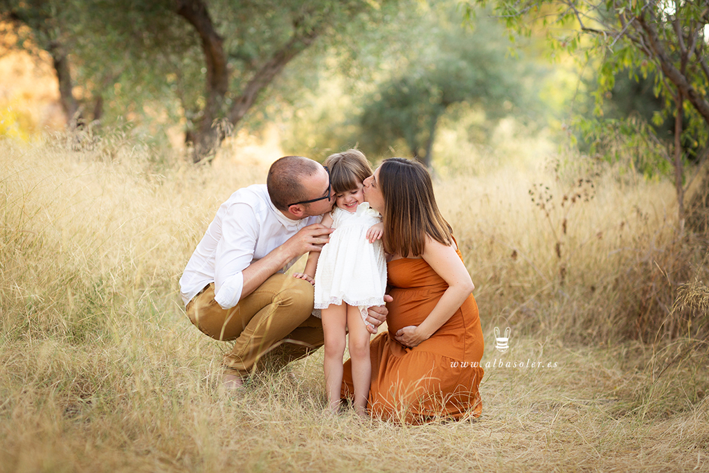 Fotografía de embarazada con niña pequeña