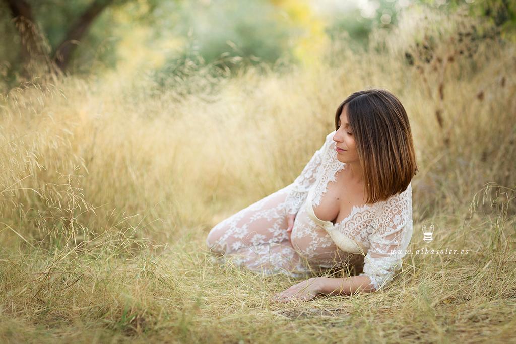 Fotografía de embarazada en en el campo